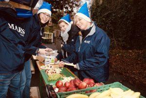 Mars-Mitarbeiter auf dem Weihnachtsmarkt.
